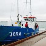 """""""Юку"""" отходит на Аэгна от причала Рыбной гавани – это место для посадки удобней и безопасней, а по субботам абрис теплохода придает романтики Рыбному рынку и одновременно служит приглашением отдохнуть на острове. Из гавани """"Юку отходит в 10.00 и 17.30, а с Аэгна – в 11.30 и 19.00."""